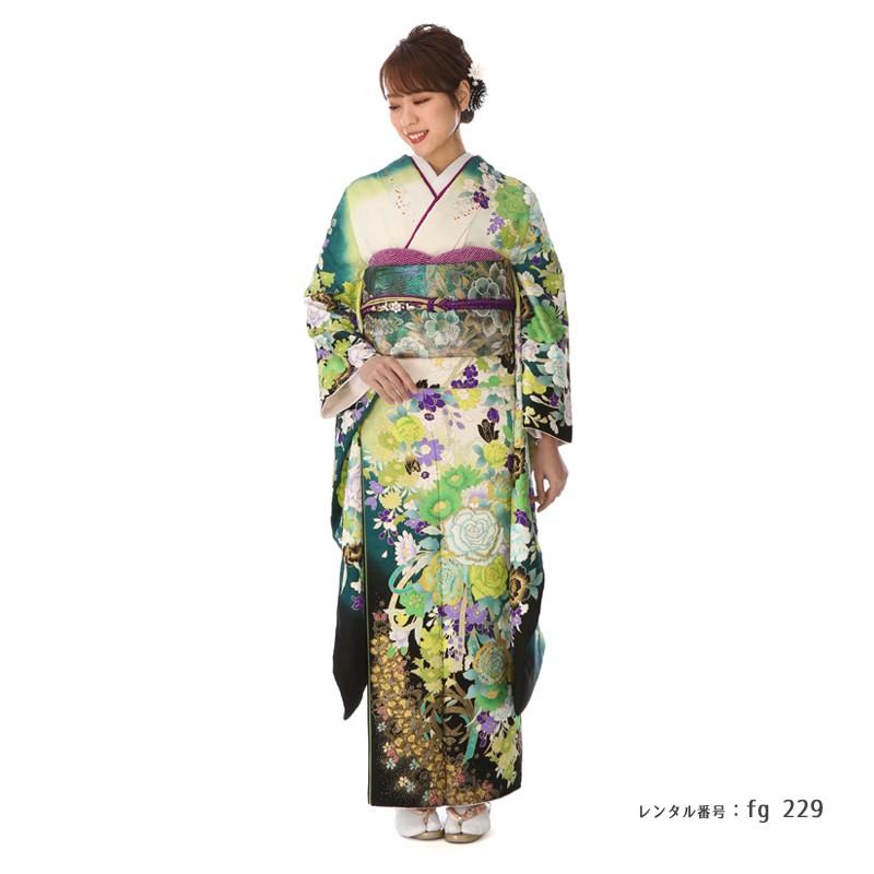 独創的なのにフォーマルな桂由美の振袖を着た女性