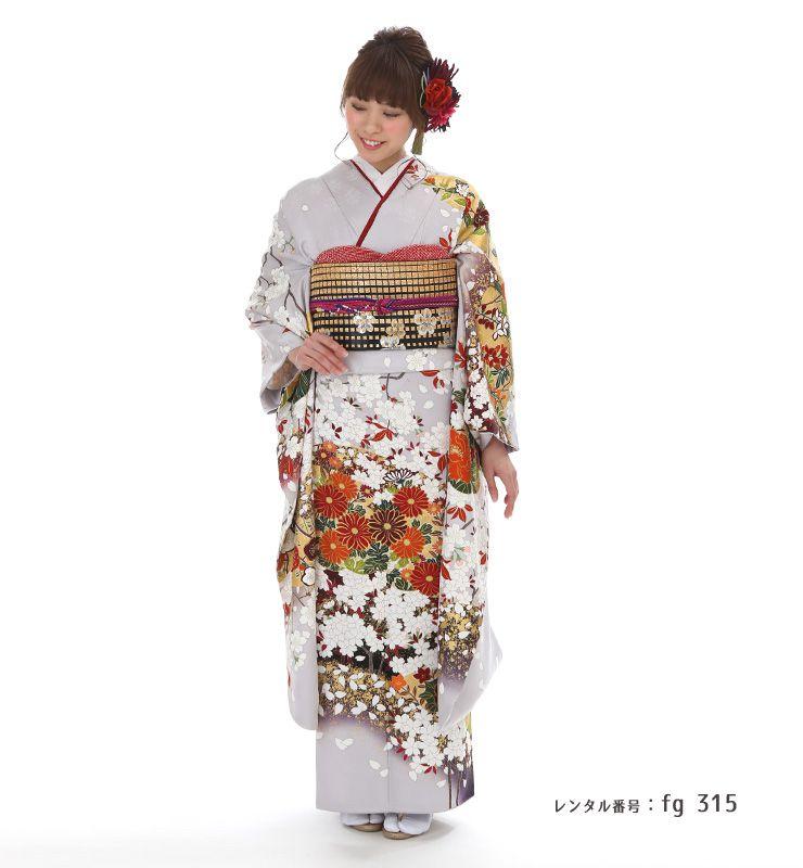 春秋満開の花々が美しい「青柳」の振袖を着た女性