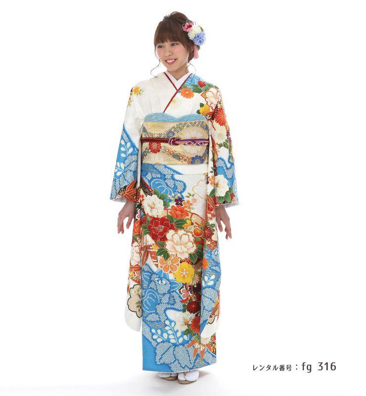 青絞りの爽やかな色合いが美しい振袖を着た女性