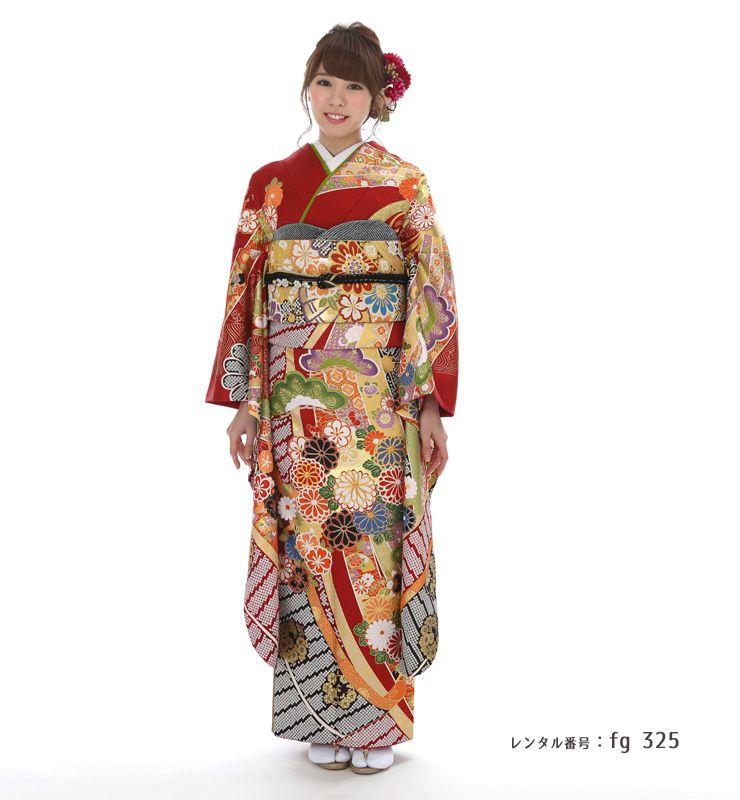 熨斗が華やかで美しい桂由美の振袖を着た女性