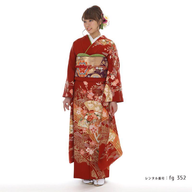 赤古典柄振袖を着た女性