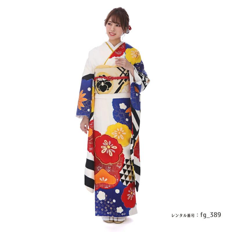 NICOLEブランドの梅がかわいい振袖を着た女性
